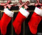 Calzini natalizie con decorazioni e appese alle pareti del camino