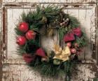 Corona di Natale appeso sulla porta di una casa