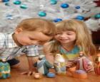 Bambini che giocano con la mangiatoia