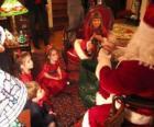 Bambino a parlare con Babbo Natale