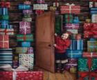 Ragazze entrando in una stanza piena di doni