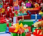 Pila di regali di Natale con belle nastri
