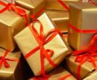 Mucchio di regali di Natale con i nastri rossi