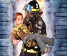 Vigile del fuoco in possesso di un bambino in braccio