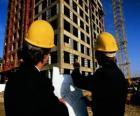 Tecnico che consulta un aereo nel lavoro della costruzione - Architetto, caporeparto o assistente tecnico ingegnere