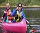 Famiglia, padre, madre e figlia, una vasca per la vela e canoa, dotato di giubbotti di salvataggio