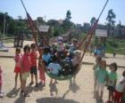 Gruppo di bambini che giocano nel parco