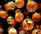 Set di sfere natalizie con diverse decorazioni