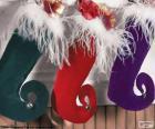 Calzini di Natale appeso e pieno di doni