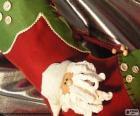 Calza di Natale decorato con la faccia di Babbo Natale e dei pulsanti