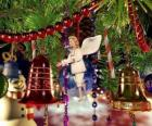 Campane di Natale e altri ornamenti appeso all'albero