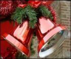 Campane di Natale con un grande fiocco e foglie di abete