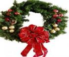 Ghirlanda di Natale decorato con un nastro di grandi dimensioni e palle