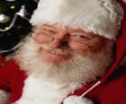 Felice con la sua Santa Claus cappello e barba bianca
