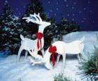 Due renne in legno con un fiocco rosso su una decorazione natalizia