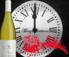 Clock a 12 di notte, una bottiglia di vino e uno slitta di Babbo Natale