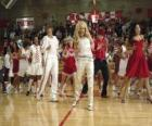 Gabriella Montez (Vanessa Hudgens) Troy Bolton (Zac Efron), Ryan Evans (Lucas Grabeel), Sharpay Evans (Ashley Tisdale), danzando e cantando