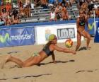 Beach Volley - Giocatore di salvare una palla agli occhi del suo compagno