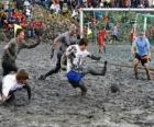 Olimpiadi di fango, o Wattolumpiad, stanno combattendo nelle paludi del fiume Elba