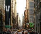 Una strada nella città di New York con edifici alti e grattacieli