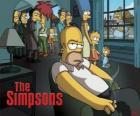 Homer Simpson sul divano mentre gli altri affumicati pensieroso a guardarlo