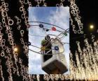 operatore immissione ornamentali luci di Natale
