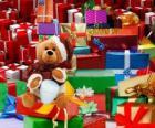 Orsacchiotto vestito da Babbo Natale e con i regali di Natale