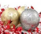 palle di Natale decorato con stelle e un nastro