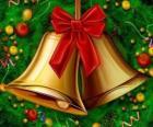 Un paio di campane di Natale con un nastro
