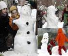 Bambini che giocano con un pupazzo di neve