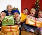 I bambini con regali di Natale