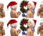 I bambini con cappelli di Babbo Natale e giocare con le decorazioni di Natale