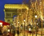 Gli Champs Elysées decorato per il Natale con l'Arco di Trionfo sullo sfondo. Parigi, Francia