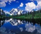 Un lago riflette di montagna nelle sue acque