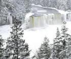 fiume ghiacciato in inverno