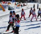 Scena  tipica di inverno con i bambini che sciano nella montagna