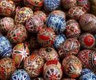 Pila di uova di Pasqua decorate con motivi geometrici