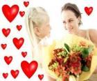 La ragazza con un mazzo di fiori per sua madre e cuori rossi