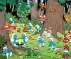 I Puffi di lavoro nella foresta, raccogliendo cibo