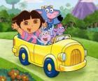 Dora e le sue amiche in una piccola automobile