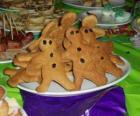 Piatto pieno di biscotti allo zenzero a forma di bambola