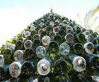 Albero di Natale fatto di 5.000 bottiglie riciclate