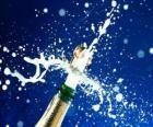 Stappando una bottiglia di champagne per festeggiare il nuovo anno