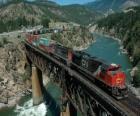 Treno merci passando sopra un ponte