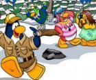 Gruppo di pinguini trascorrere la giornata all'aperto godendo di neve