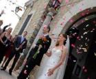 La sposa e lo sposo lasciando la cerimonia di nozze