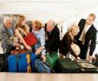Diverse persone, raccogliendo il bagaglio