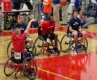 Giocatore di basket en Sedia a rotelle gettando la palla verso il canestro