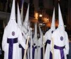 Nazareni o  penitenti in una processione durante la Settimana Santa con il cappuccio o un cono, tunica e mantello
