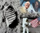 Neil Armstrong (1930-2012) è stato un astronauta della NASA e il primo uomo a mettere piede sulla Luna il 21 luglio 1969, la missione Apollo 11